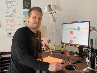 Arlo Hentschel in seinem Büro in Berlin