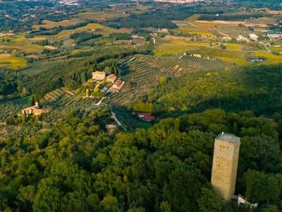 Torre di Galatrona thront über dem Weingut Petrolo