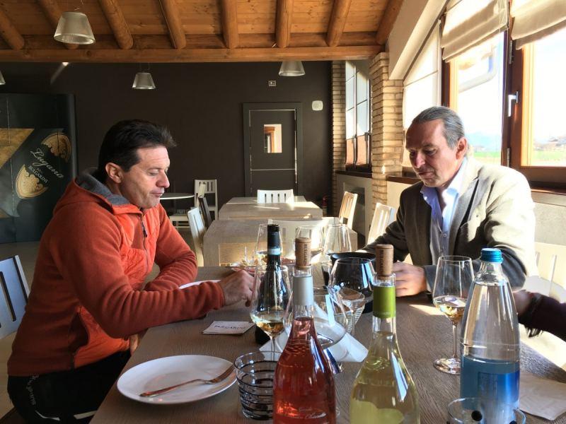 Fausto Bulgarini und Michael Liebert beim Verkosten auf dem Weingut