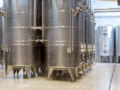 Edelstahltanks im Keller des Weingutes